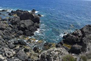 Rocce basaltiche a contatto con l'acqua cristallina