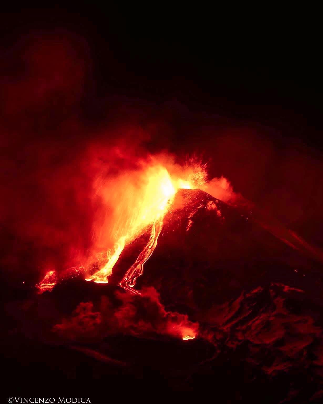 Sicilia, l'Etna si tinge di rosso: attività esplosiva e trabocco lavico ancora in corso.
