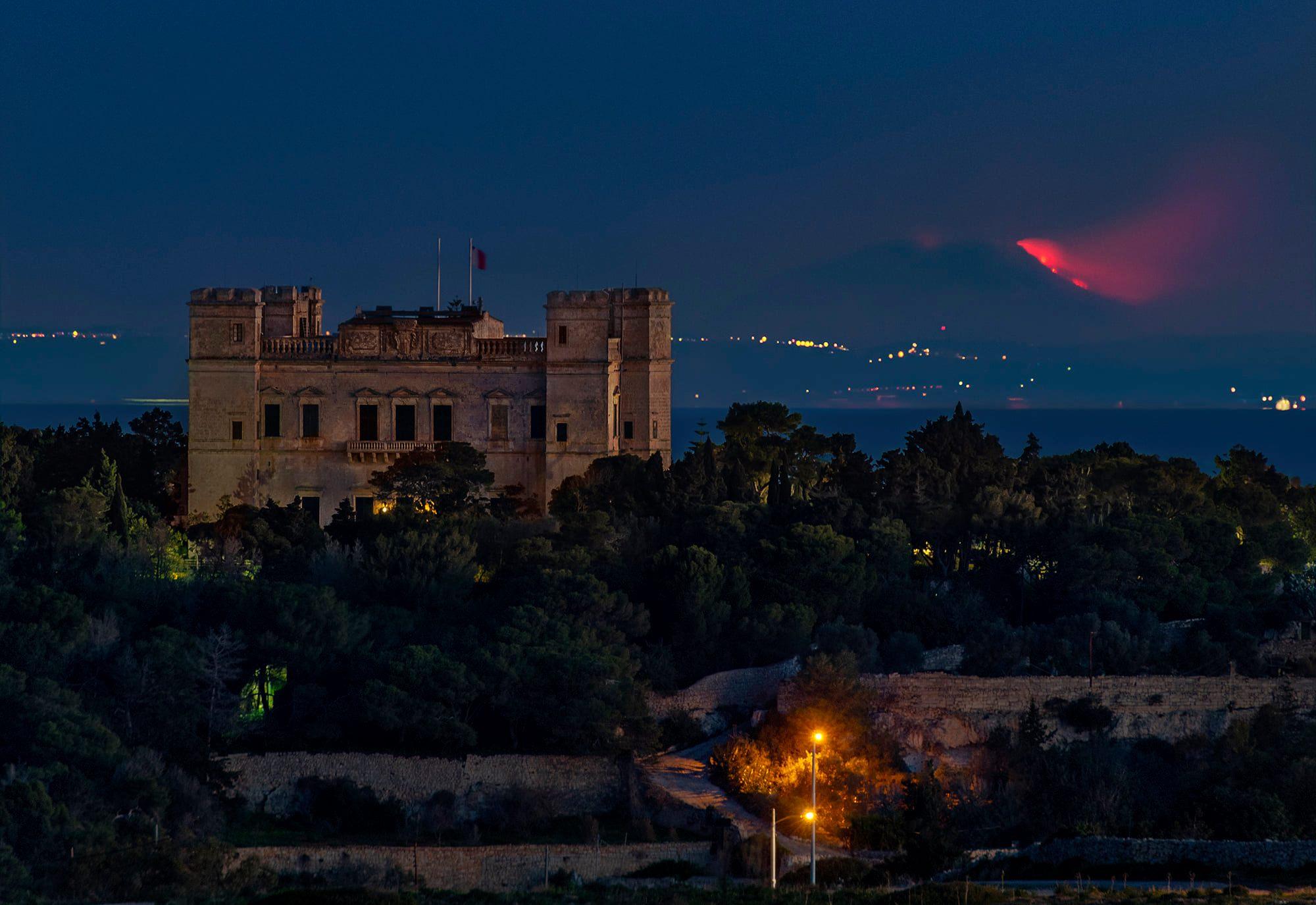 Etna: l'eruzione fotografata all'alba dal villaggio Dingli, Malta.