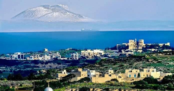 L'Etna fotografata da Malta: il suggestivo scatto che affascina e fa discutere il web.