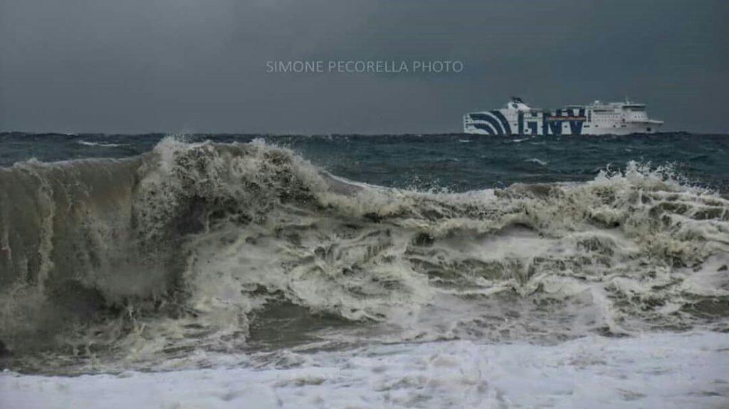 Sicilia, freddo e forte vento: bloccati i collegamenti con le isole minori.