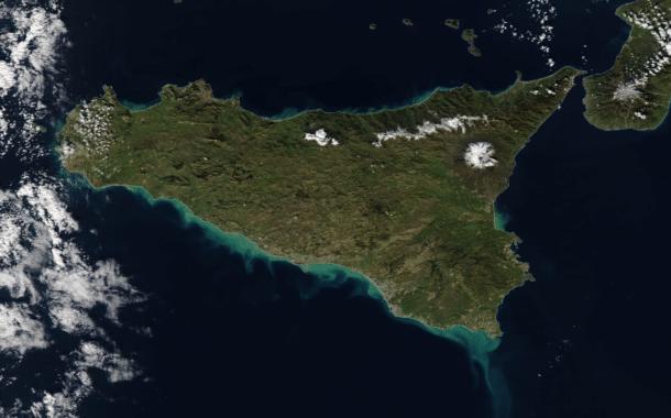 Sicilia, splende il sole: dal satellite appare la neve caduta in montagna.