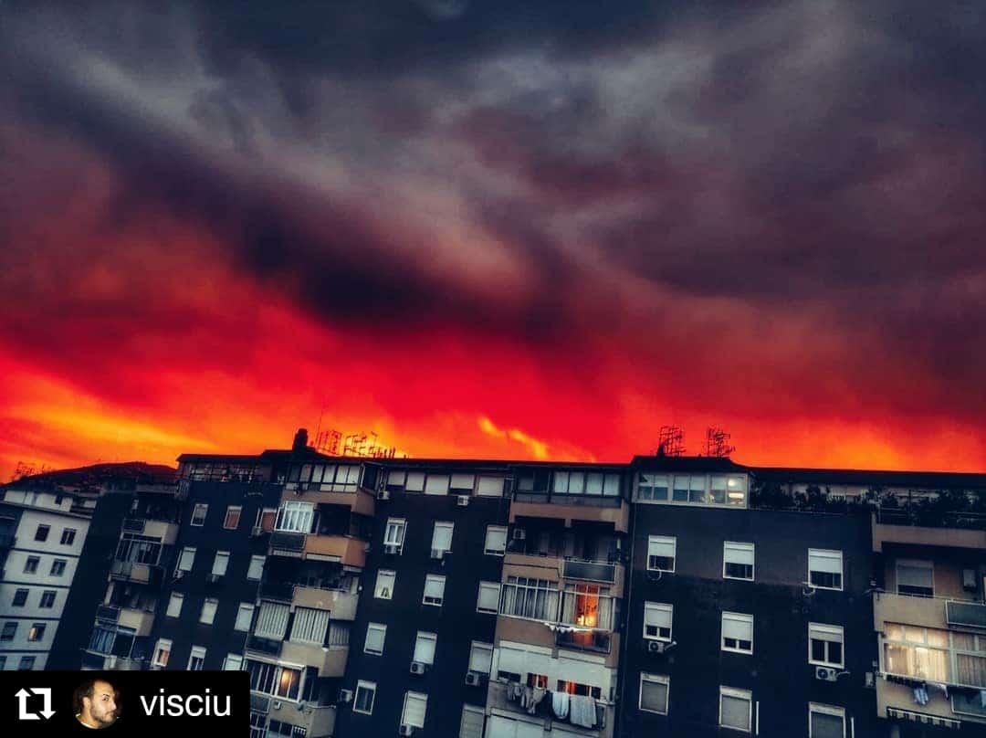 Sicilia, tramonto infuocato a Palermo: il cielo si tinge di rosso. Boom di foto nel web.