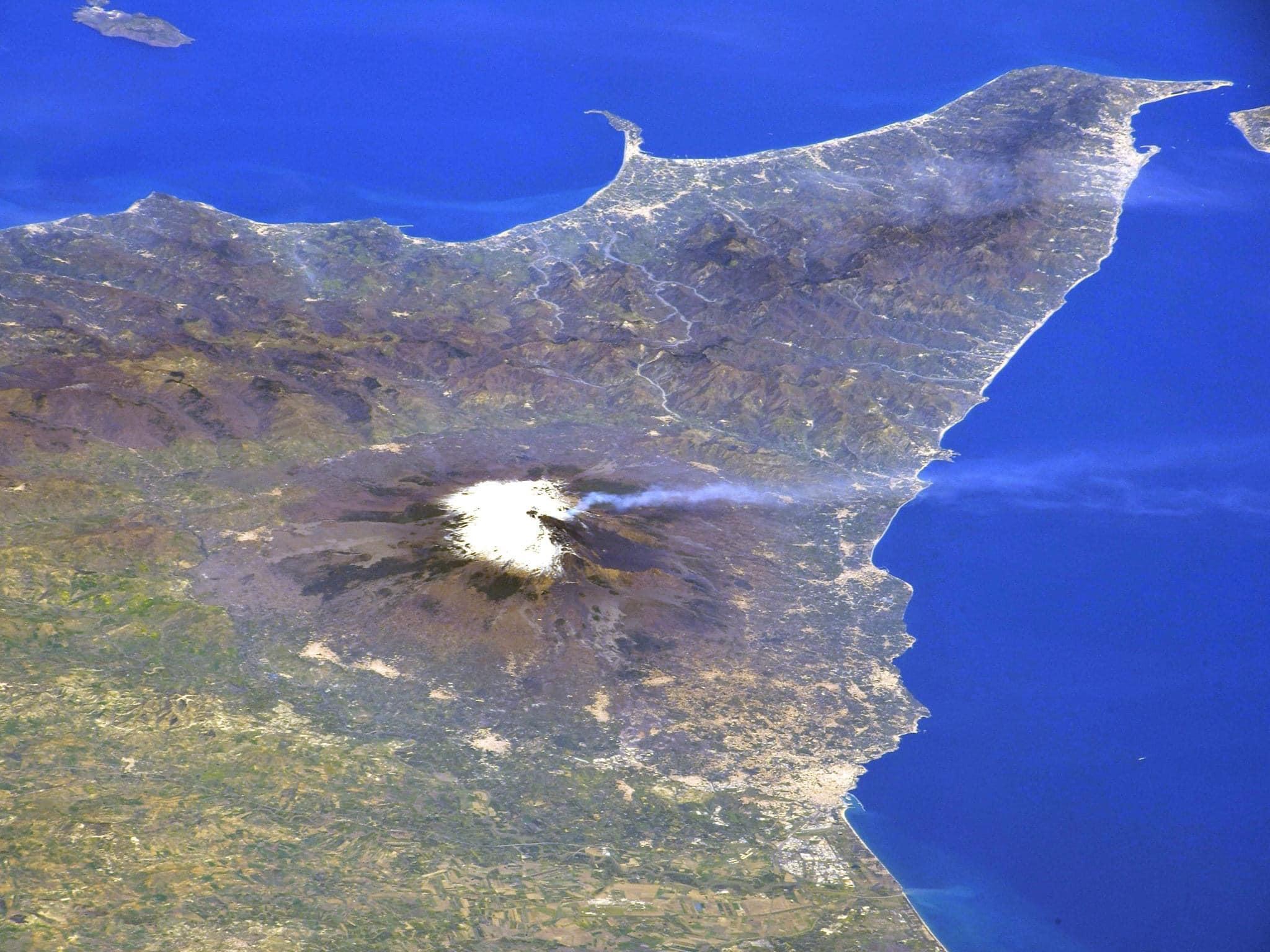 Sicilia: l'astronauta giapponese Soichi Noguchi fotografa l'Etna dalla stazione spaziale.