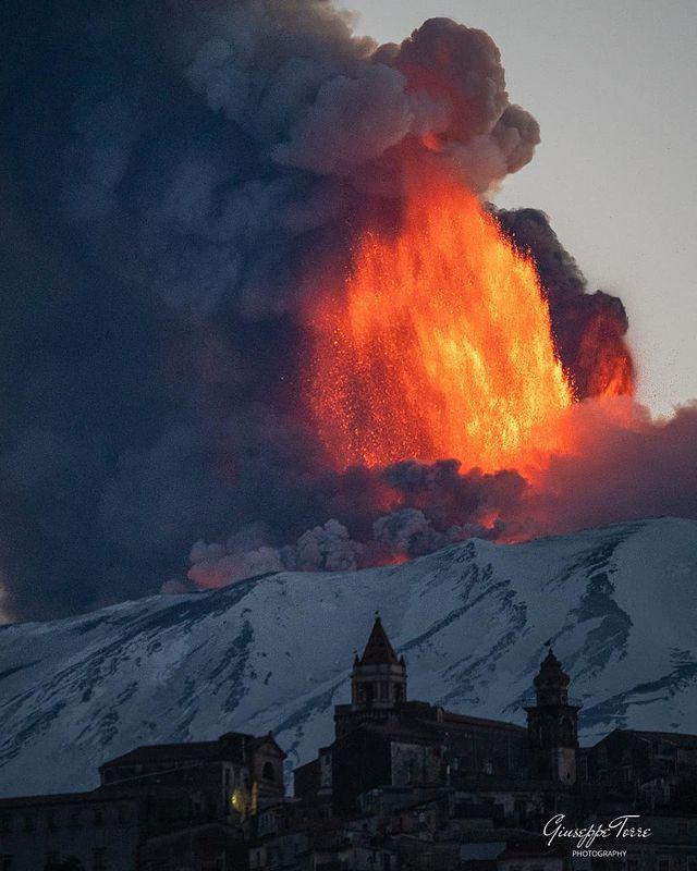 Sicilia: forte eruzione in corso sull'Etna.