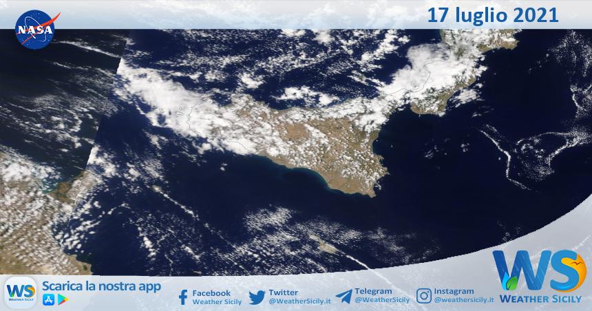 Sicilia: immagine satellitare Nasa di sabato 17 luglio 2021