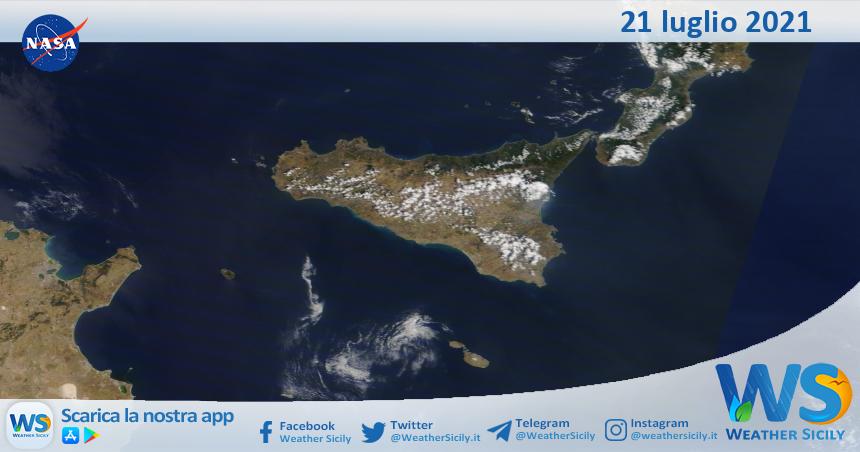 Sicilia: immagine satellitare Nasa di mercoledì 21 luglio 2021