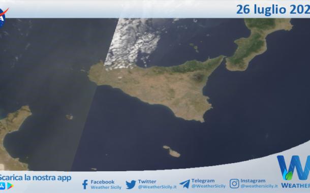 Sicilia: immagine satellitare Nasa di lunedì 26 luglio 2021
