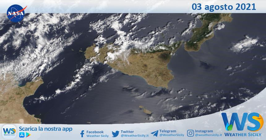 Sicilia: immagine satellitare Nasa di martedì 03 agosto 2021