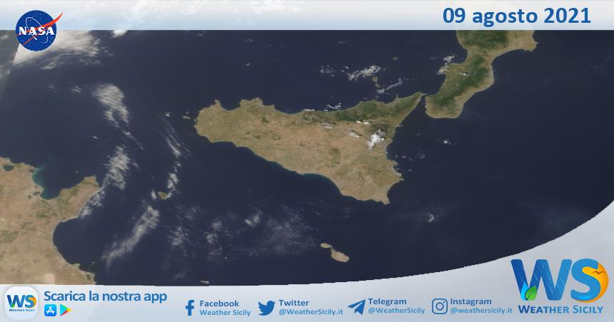 Sicilia: immagine satellitare Nasa di lunedì 09 agosto 2021