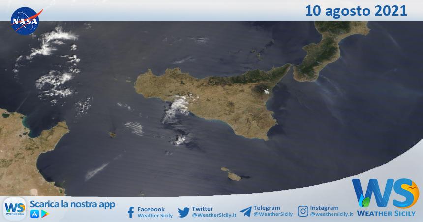 Sicilia: immagine satellitare Nasa di martedì 10 agosto 2021